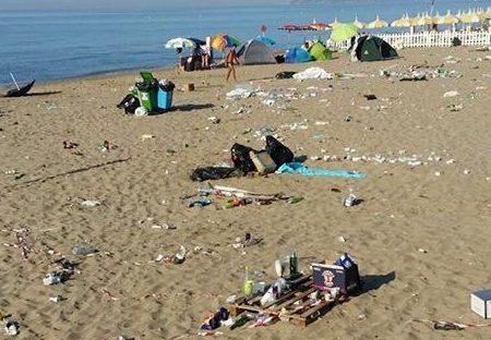 Così hanno ridotto la nostra spiaggia a Ferragosto. Ecco le foto della vergogna!